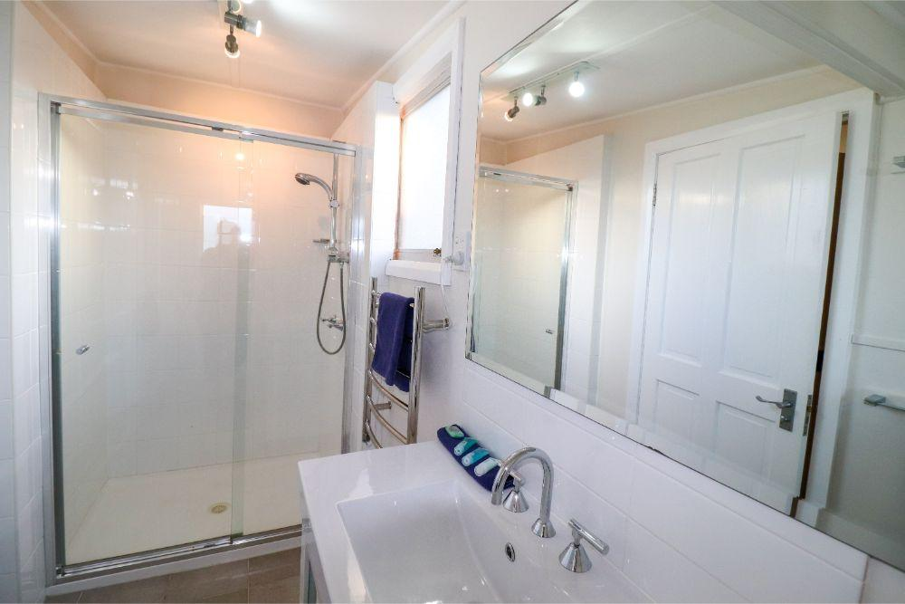 catho-cottage-catherine-hill-bay-bathroom