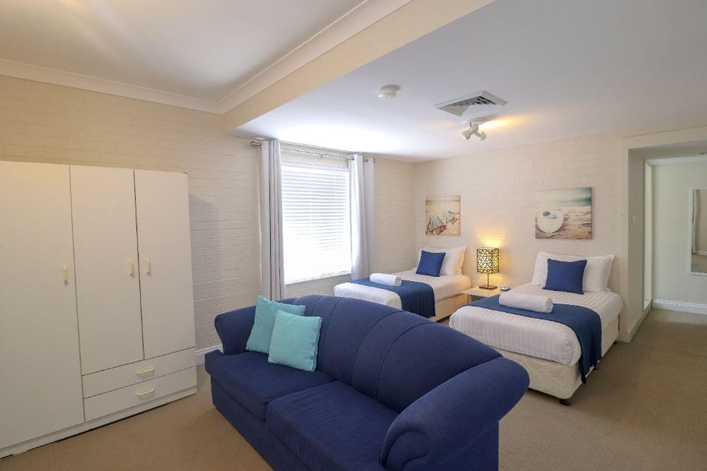blackbutt-deluxe-family-townhouse-bedroom-raffertys-resort