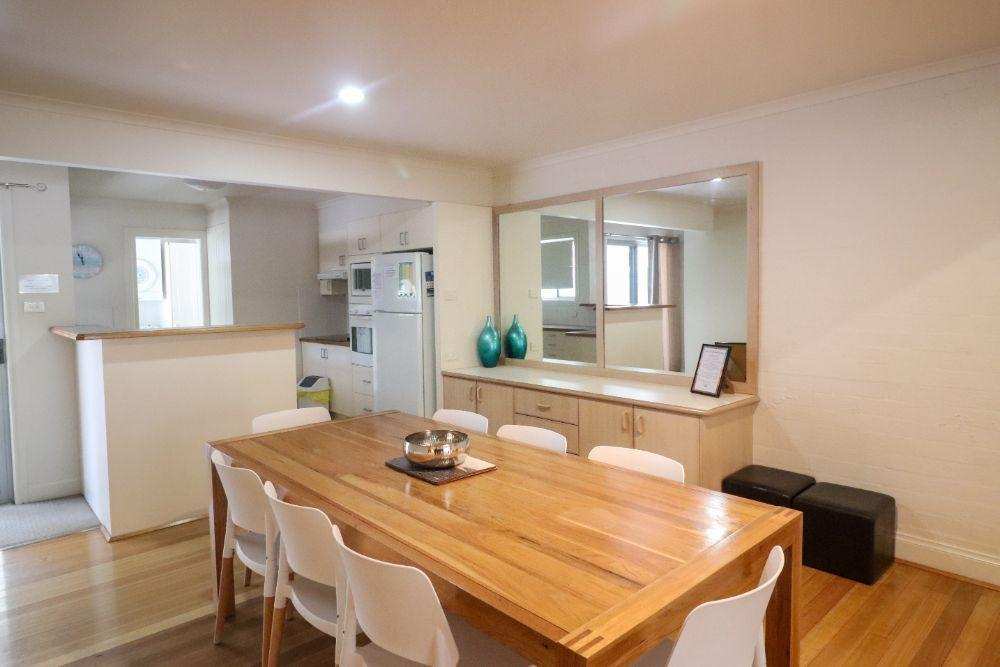 blackbutt-deluxe-family-townhouse-living-raffertys-resort