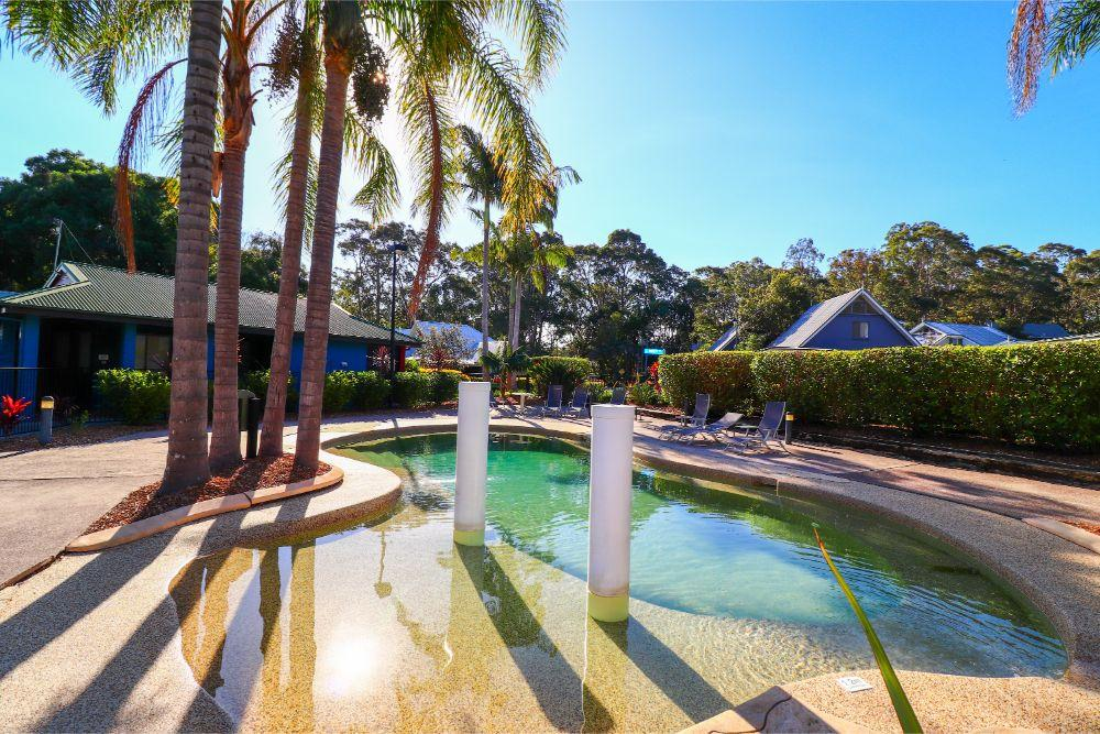 blackbutt-deluxe-family-townhouse-pool-raffertys-resort