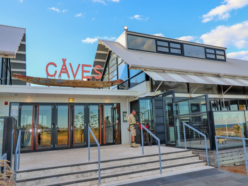 Caves Beach Resort has a restaurant with beach views